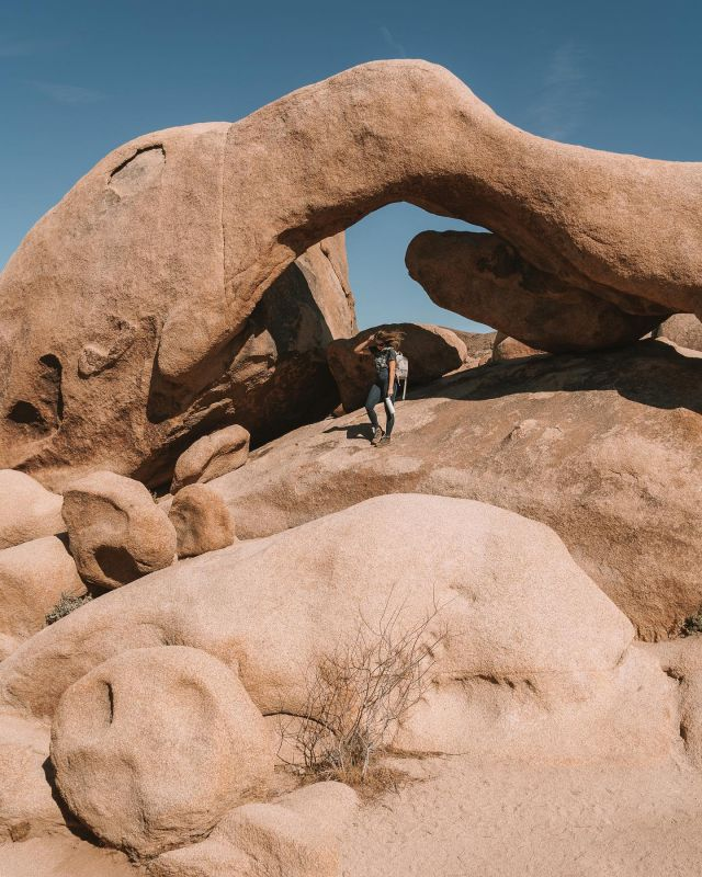 If you had to choose, would you pick desert 🏜, ocean 🌊 or mountains 🏔? I feel like being by the ocean will always be where I belong, but I still can't get enough of the desert vibes. Arch Rock is one of my favorite areas in Joshua Tree National Park to explore. It's like nature's playground - the boulders here are super unique and it's an easy spot to park and hike up to 🙌🏻