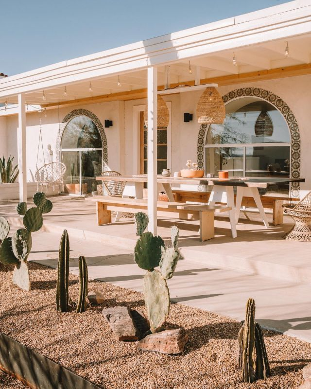 How good would this spot be for a Memorial Day weekend BBQ?! 🤩  Drop a comment below with where in the world you're celebrating the long weekend ☀️🌏  📍 @seven.arches @airbnb in Joshua Tree, California