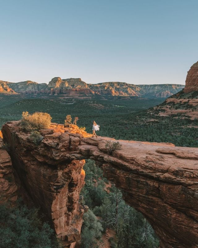 3 days in Sedona wasn't nearly enough time. We hiked close to 20 miles in this beautiful place and I still feel like we just scratched the surface 🤯But checking Devil's Bridge off the bucket list at sunrise was definitely a highlight. TIP FOR VISITING: highly highly recommend starting your hike before sunrise to be one of the first people up here. We started at the trailhead around 5:30 am which was 1000% worth it and way more peaceful this way 🙌🏻Would you hike in the dark to get sunrise views like this?
