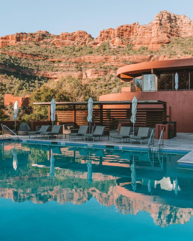 Double the views 🥰🏜This is what morning poolside views look like at @enchantment_resort in Sedona. It was hard to drag ourselves off property to explore the surrounding hikes, but alas—it reluctantly had to be done!Thanks for a beautiful stay @kiwicollection #carewhereyoustay #enchantmentresort